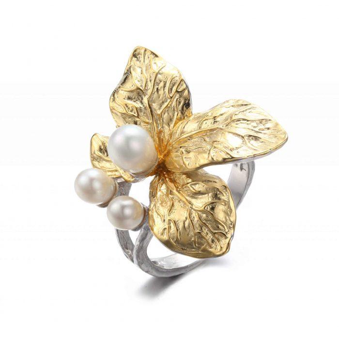 A.Brask - Justerbar ring med vit blomma - Pärla